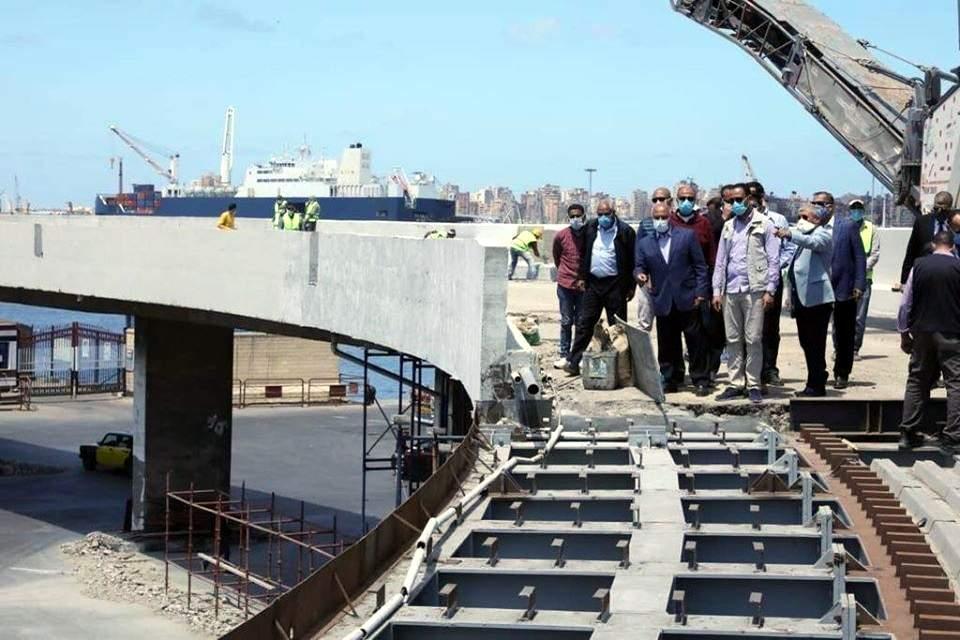 وزير النقل يتفقد أعمال رفع كفاءة كوبري الطريق الشرياني في منطقة 27 داخل ميناء الإسكندرية والذي تنفذه النيل العامة لإنشاء الطرق