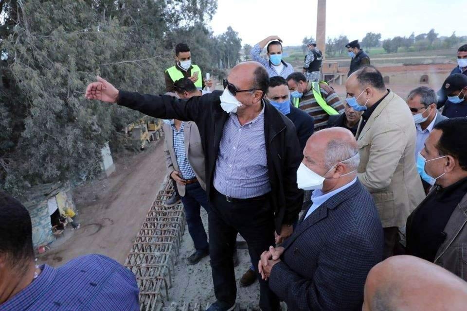 وزير النقل خلال تفقد أعمال تطوير طريق ( بنها – المنصورة)  وفى استقباله المهندس على عياد رئيس مجلس إدارة شركة النيل العامة لإنشاء الطرق